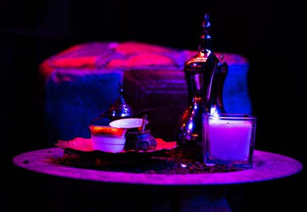 Et bord med lysestager og flot, afdæmpet belysning hos Casablanca vandpibecafe