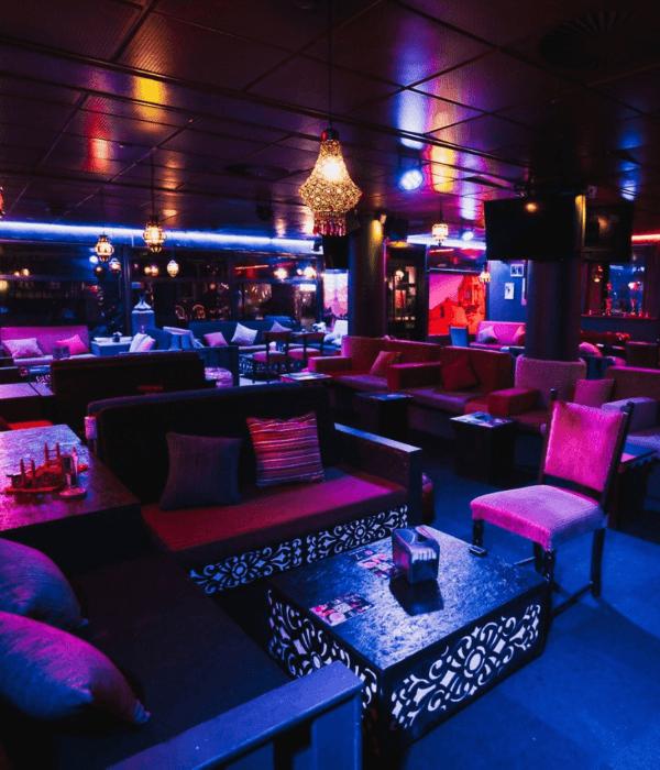 Lokalerne hos Casablanca Lounge Cafe der er fyldt med sofaer og bløde stole